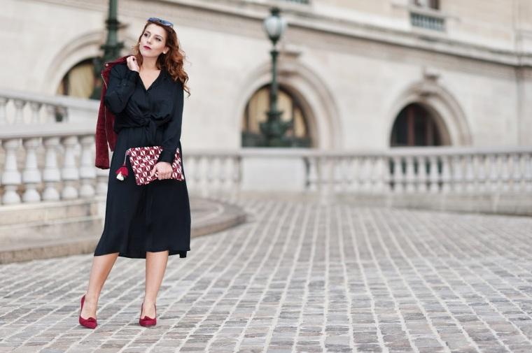 opera-robe-satin-noire-ikks-cuir-bordeau-escaprins-daim-chic-parisienne-la-petite-robe-noire-charlie-sugar-town-00